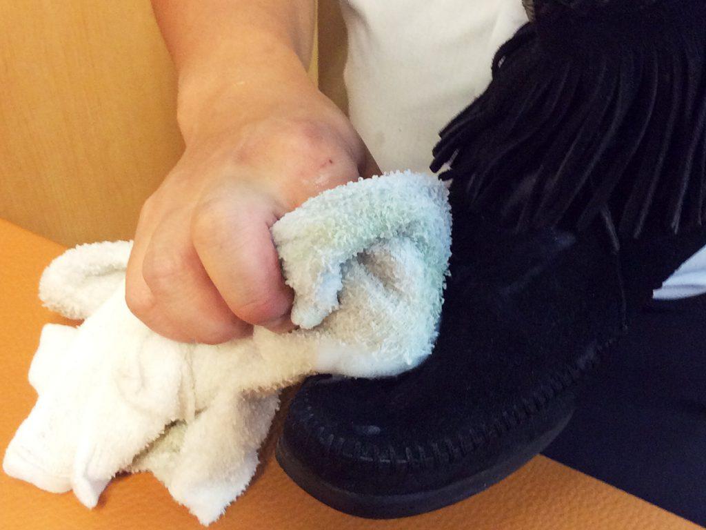 タオルで洗剤を拭き取る