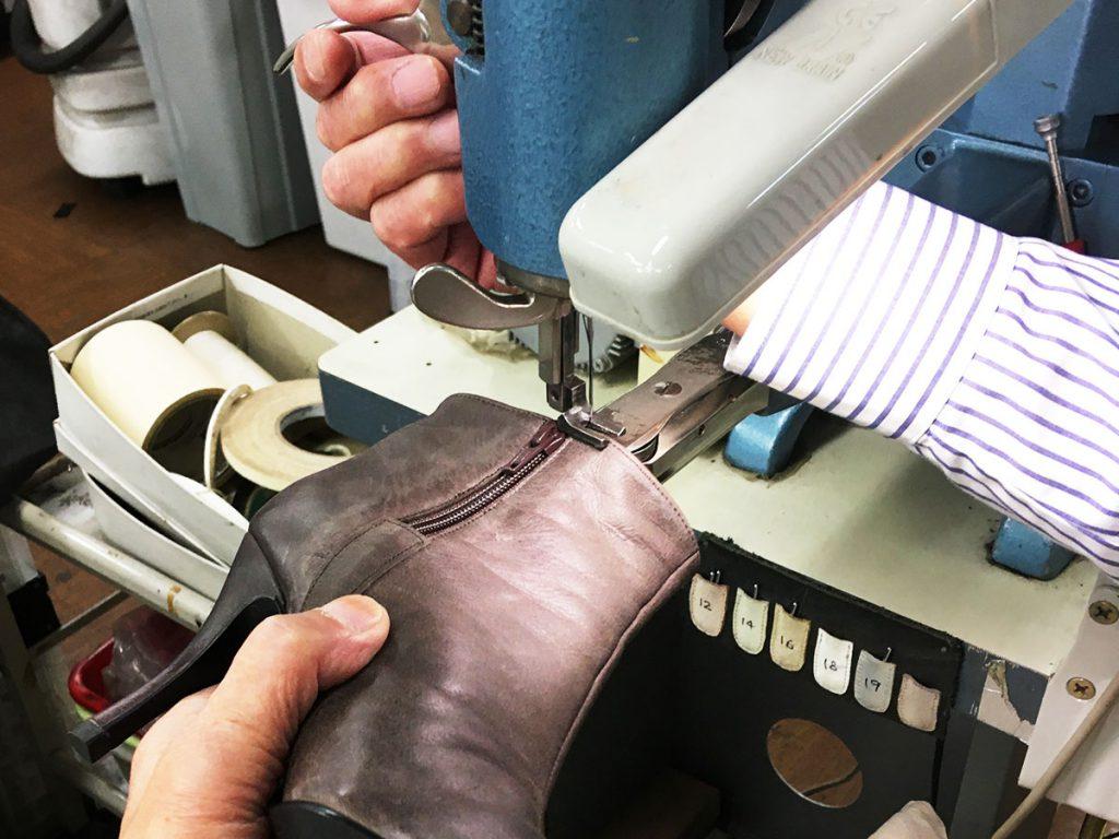 履き口を革用ミシンで縫う