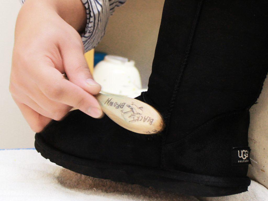 汚れが付着した際は、スエード専用のブラシでブラッシングする。