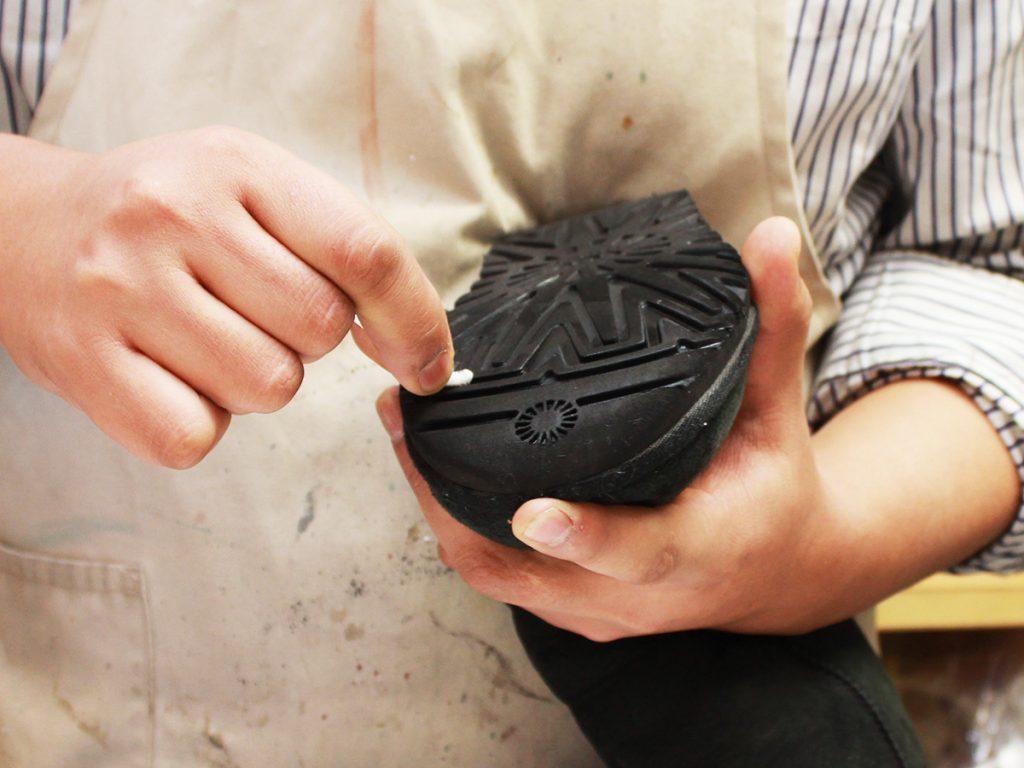 擦れた汚れが付着した際は、生ゴムや消しゴムで軽く丁寧に擦り落とす。