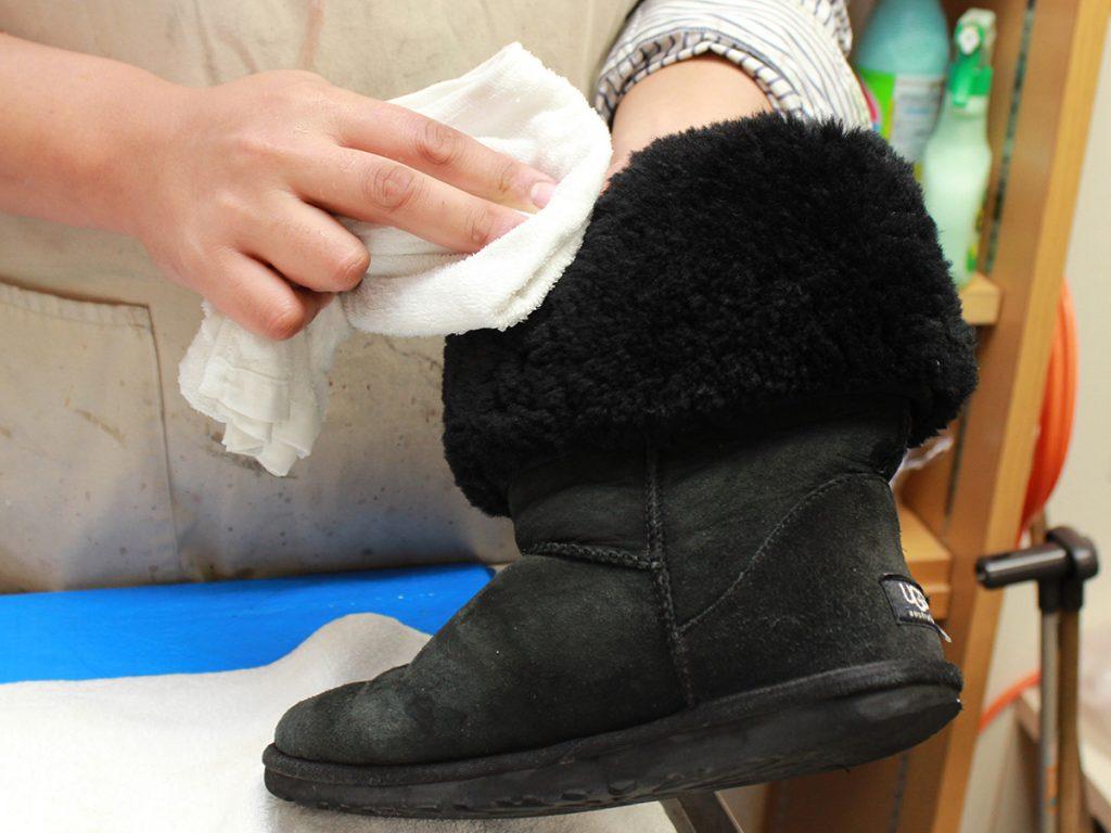 雨で濡れてしまった際は、軽くポンポンと叩くようにタオルや布で拭く。