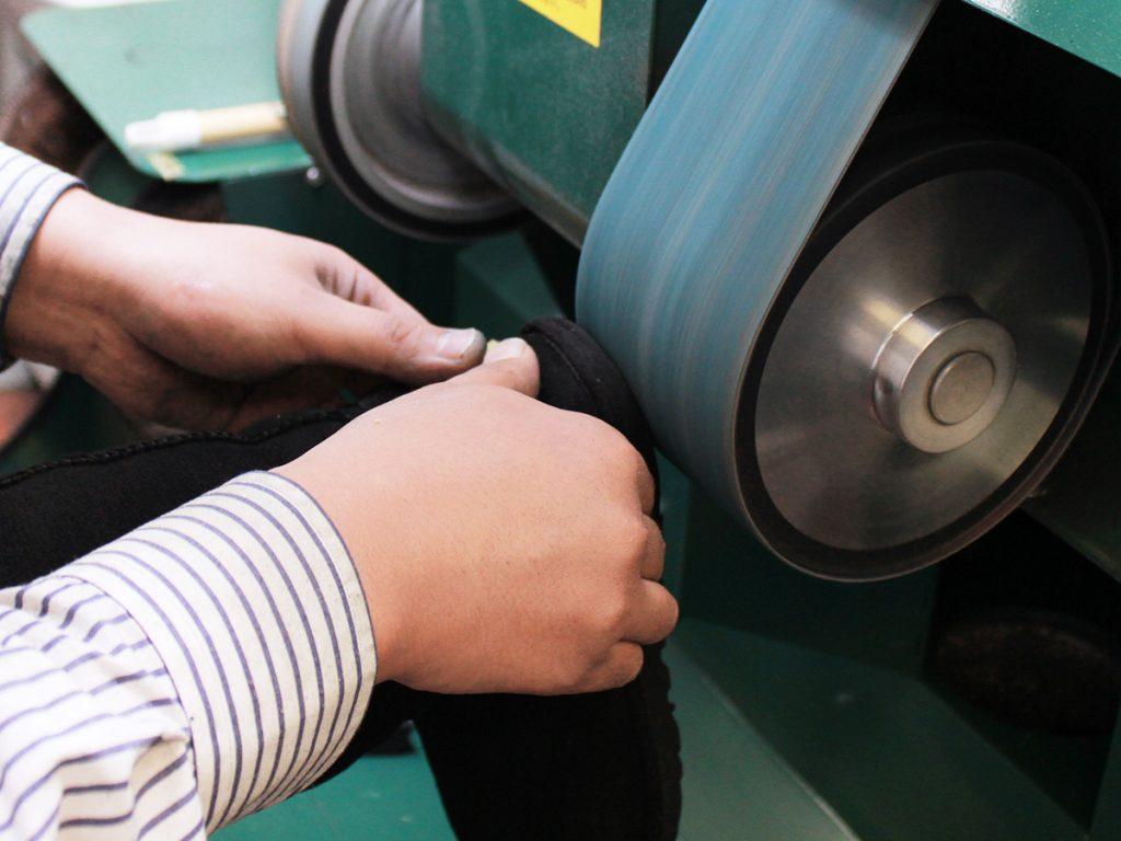 靴底のかかと、擦り減っている表面にはめ込むスポンジパーツを想定して削ります。