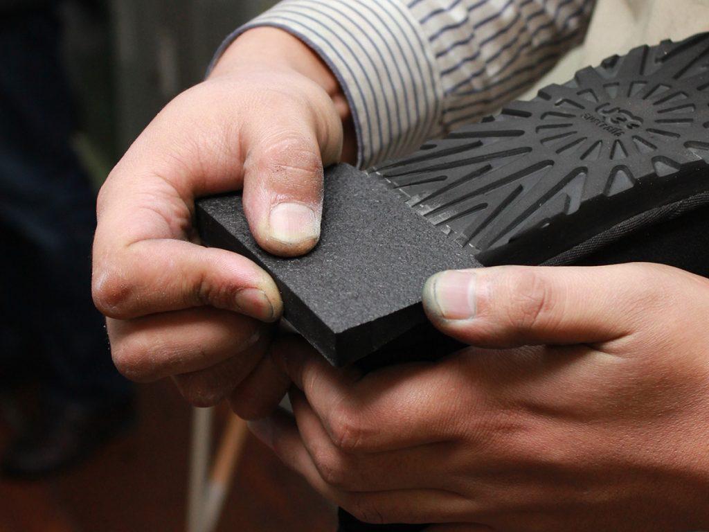 下処理剤を塗った後に「専用ボンドを塗る・乾かす」を二度繰り返し、パーツ側にも専用ボンドを塗って貼り付けます。