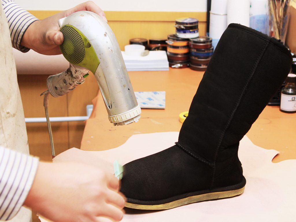 色入れ後に乾かして、仕上げに防水スプレーをかけます。